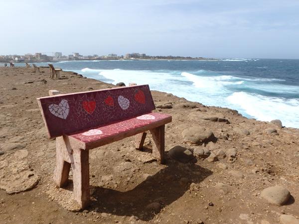 島の西端にある見晴らしの良い場所に、モザイクアートが施された可愛いベンチが並んでいました♪ 対岸に見えているのはセネガル本土