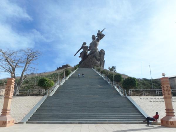ダカールにある高さ約50mの巨大なモニュメント、アフリカ・ルネサンスの像 le Monument de la Renaissance africaine。建設は北朝鮮の企業