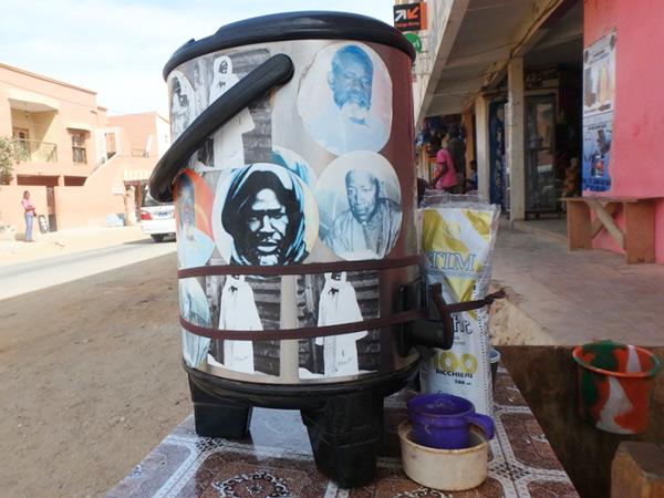 ダカールの人々が「飲むと元気になる」という人気の飲み物、カフェトゥーバ Café Toubaを売っている路上のお店。カフェトゥーバはコーヒーに胡椒や生姜などの香辛料をブレンドした独特な飲み物