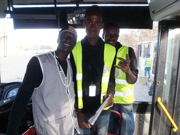 ダカールの空港行きのバス乗り場で、とても親切にしてくれたバス会社の男性たち