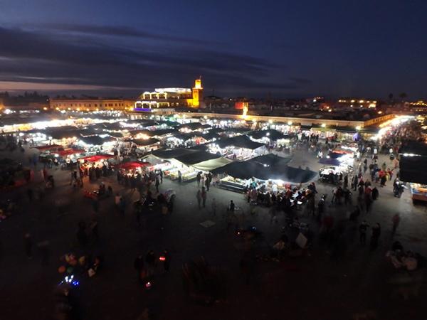 毎日お祭りのように賑わっているジャマ・エル・フナ広場