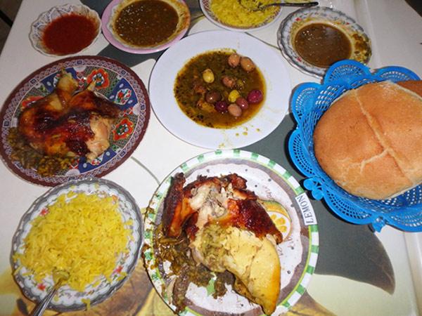 チキンを注文すると、セットでパンやサラダ、揚げたてのフライドポテトが出てきます。写真は1/4サイズで一人前25ディルハム(約320円)。付け合わせのお米は、モロッコではサラダとして食べられています