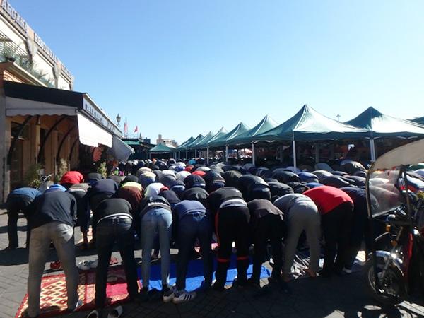 イスラム教の祝日である金曜日に、ジャマ・エル・フナ広場 Pl.Djemma el Fnaで集団礼拝をしている男性たち