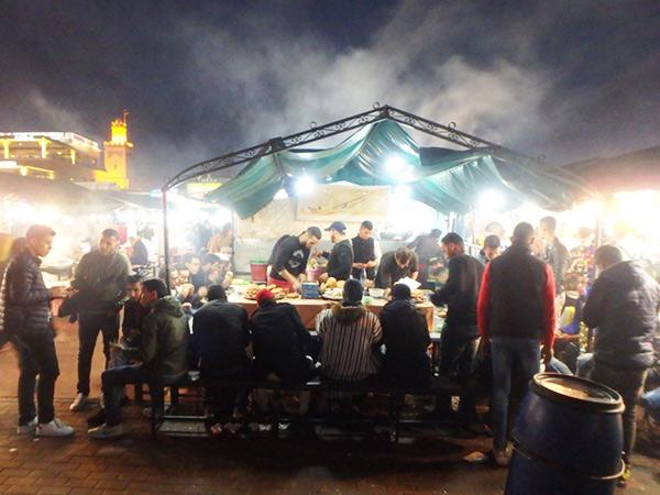 夕方になると沢山の屋台が並ぶジャマ・エル・フナ広場。雰囲気は良いのですが、客引きが激しく、ぼったくりの店も多いので初めて訪れる人は要注意!! 普通の食堂ではセットで出てくるパンやサラダが全て別料金だったりします