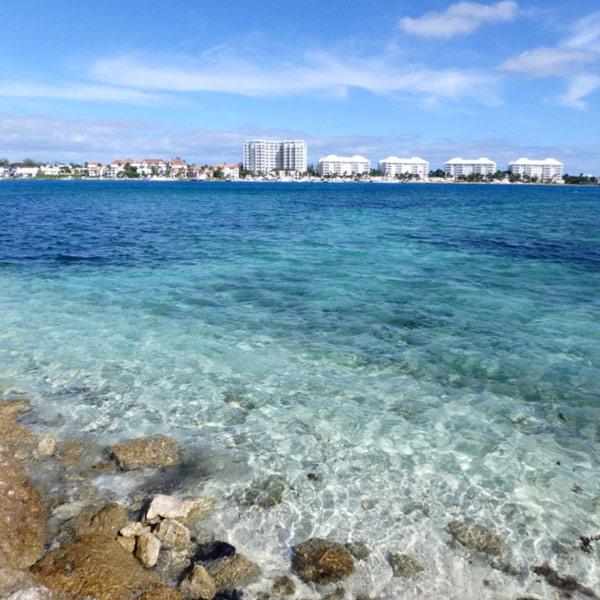 対岸に見えているのは、高級ホテルが立ち並ぶパラダイス・アイランド Paradise Island