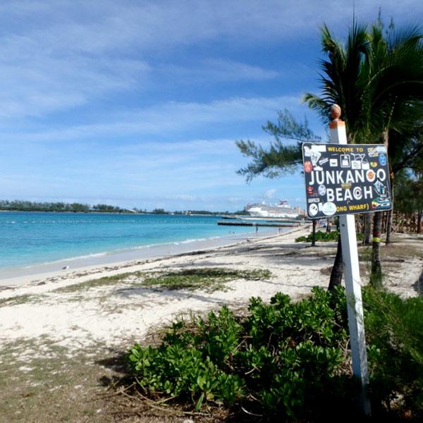 ダウンタウンから歩いていける公共ビーチ、ジャンカヌー・ビーチ Junkanoo Beach