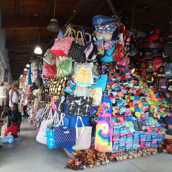 土産物がぎっしりと並べられている民芸品マーケット、ストロー・マーケット Straw Market