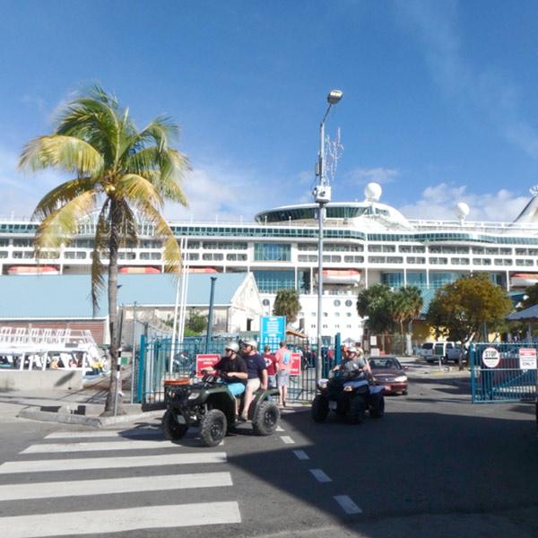 ダウンタウンの中心部に停泊している大型クルーズ船からは、続々と観光客が降りて来ます