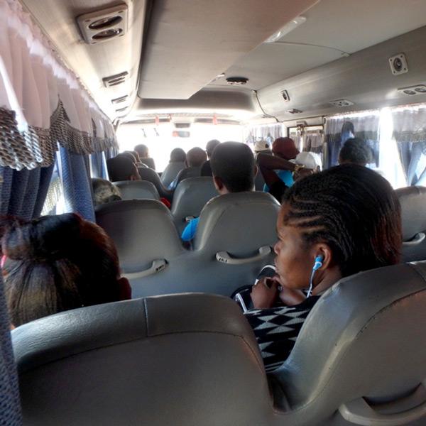 ペデルナレスからバラオナへはマイクロバスで移動。満席になると通路部分に板をのせ、更に人を詰め込みます。約3時間、RD$275(約600円)/人