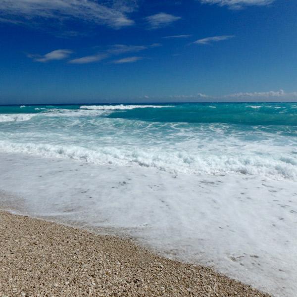 とても波が高いバオルコの海岸。珍しい模様の小石が沢山落ちていました