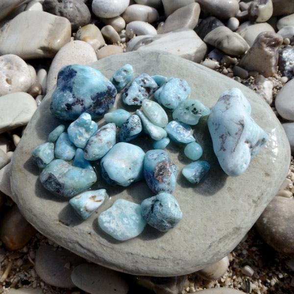 バオルコの海岸で拾ったラリマールの小さな原石♪ちょっと探すとこれくらいはすぐに見つかります