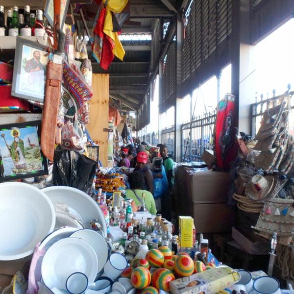 Marché de Ferの右側の建物の中には、土産物屋がぎっしりと並んでいます