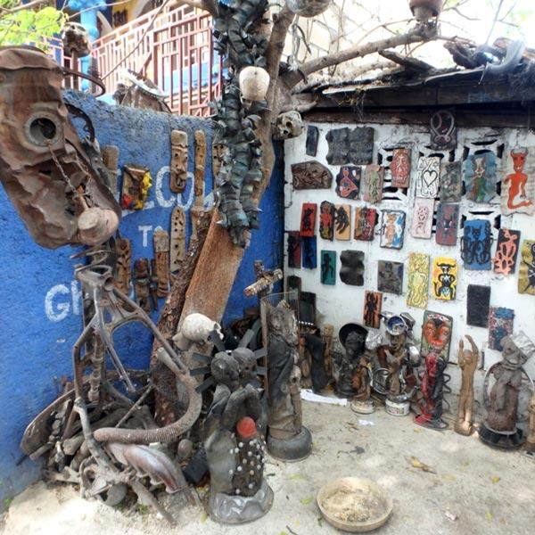 ハイチ人の芸術家たちが廃材などで作った、奇抜なオブジェや絵画などが展示されているAtis Rezistans