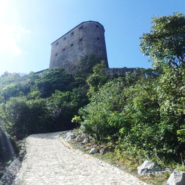 約7kmの急な坂道を歩いて、もう一息でシタデル・ラフェリエール Citadelle Laferrièreに到着!疲れた〜!!!!!