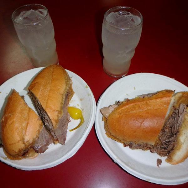 ダウンタウンにある地元の人に人気のサンドイッチ屋さんで食べた、ボリューム満点のビーフサンドイッチ