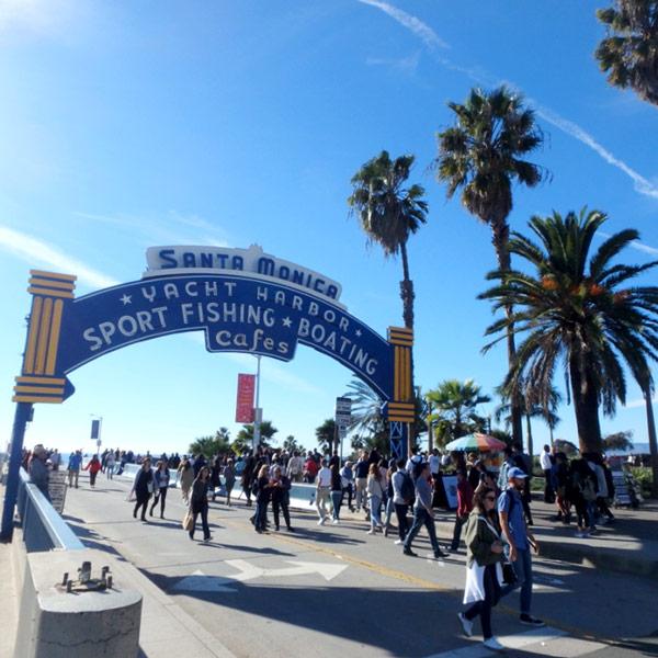 観光客で大賑わいのサンタモニカ Santa Monica