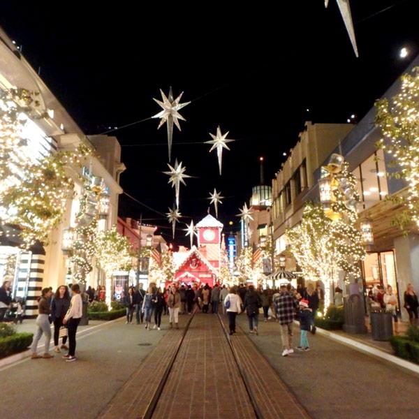 ファーマーズマーケットに隣接しているショッピングモール、グローブ The Groveへ。クリスマスイルミネーションがとても綺麗でした♪