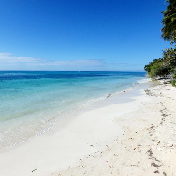 泳いでる人も殆どいない、静かなペデルナレスのビーチ Playa Pedernales