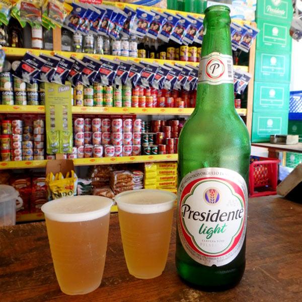 町角の商店で良く冷えたセルベッサ(ビール)を立ち飲み♪地元の人々に大人気のPresidente Light 650ml RD$110(約250円)