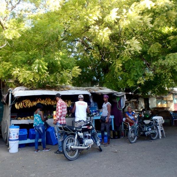 メルカド(市場)の外にある果物屋さん