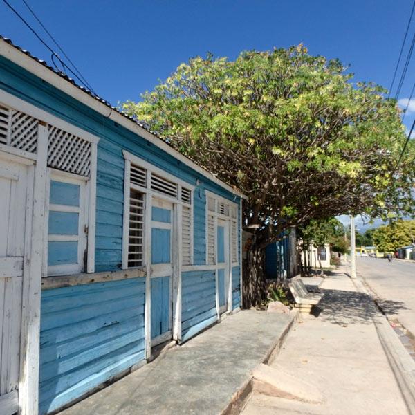 パステルカラーに塗られた家が並ぶ人気のない町に、大音響のレゲトンが鳴り響いていました。ドミニカの人は音楽が大好きで、みんな歌を口ずさんでいます♪