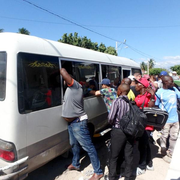 首都サント・ドミンゴからのバスが到着!モトコンチョ(バイクタクシー)のドライバーたちの客引き合戦が始まります