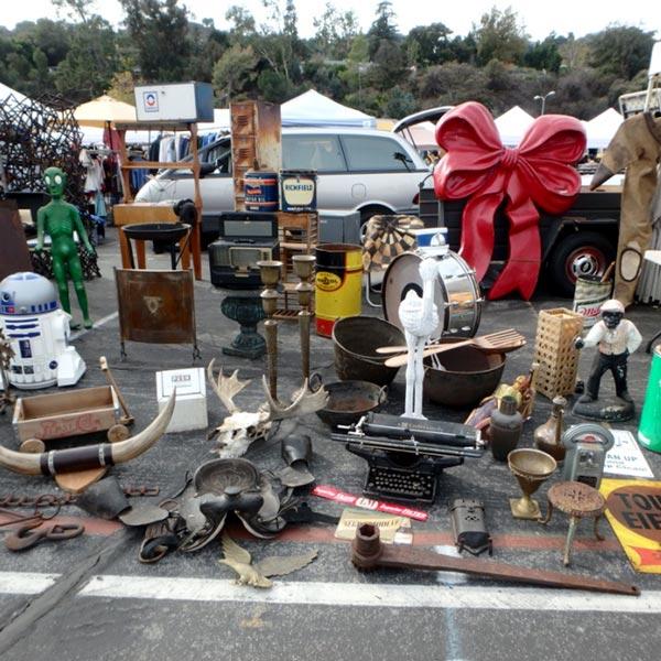 他にも大きな家具や大量の古着を売っているお店が沢山あって、商品はビックリするくらい大きなトラックで運ばれて来ていました