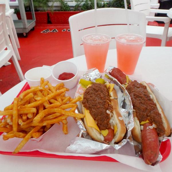 人気のお店Pink's で食べた美味しいホットドッグ♪フレンチフライとレモネード、全部で$20。お昼前から行列が出来てましたよ