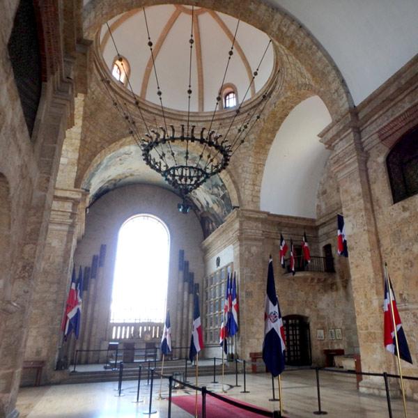 1714年にイエズス会の教会として建てらてた建物、パンテオン Panteon Nacionalの内部