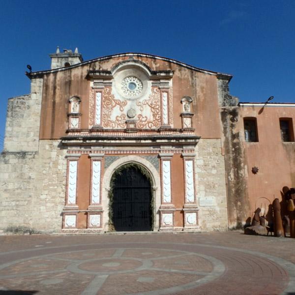 歴史的建造物が多く残る旧市街 Zona Colonialは、世界遺産に登録されています
