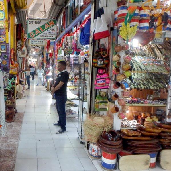 旧市街にある民芸品市場、メルカード・モデロ Mercado Modelo