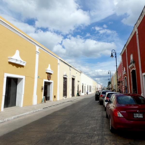 カラフルな建物が立ち並ぶ、美しいバジャドリの街並み