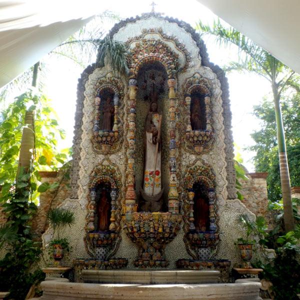 レストラン La Casona de Valladolidの奥に祀られている、民族衣装を身に纏っている珍しいマリア像。装飾がとても美しく、一見の価値ありです!