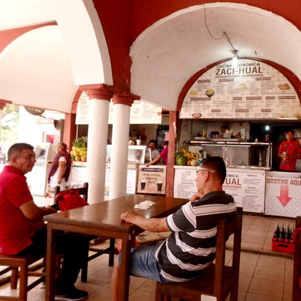 ソカロ(中央広場)に面した建物の中にある、地元の人で賑わっている食堂でランチを食べることにしました♪