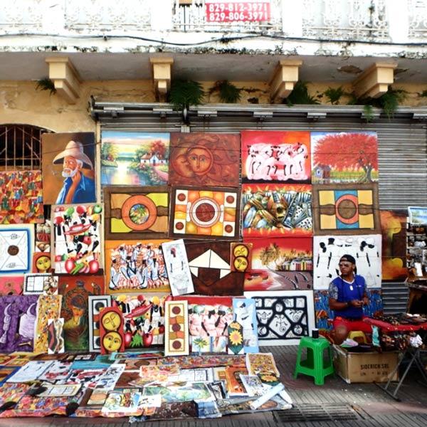 首都サント・ドミンゴの旧市街にあるメインストリート、エル・コンデ通り Calle El Condeには、絵画を扱う露天の店や土産物屋が軒を連ねています