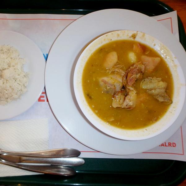 肉、ユカ芋、野菜を煮込んだドミ理科のスープ、サンコーチョ Sancocho RD$225 (約520円)