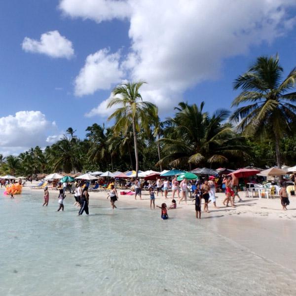 ボカ・チカのビーチは外国人観光客や地元の人で大賑わい。年末は連日花火が打ち上げられていました