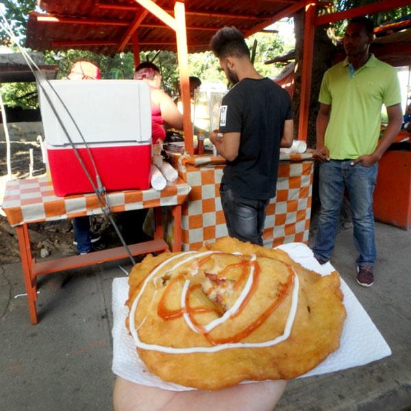 中にハムとチーズが入っている揚げたてのエンパナーダ Empanada。外側のパン生地が甘くてとても美味♪RD$20 (約47円)