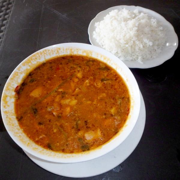 モツをトマトベースのスープで煮込んだドミニカ料理、モンドンゴ Mondongo。濃厚なお味でご飯によく合います。RD$200 (約460円)
