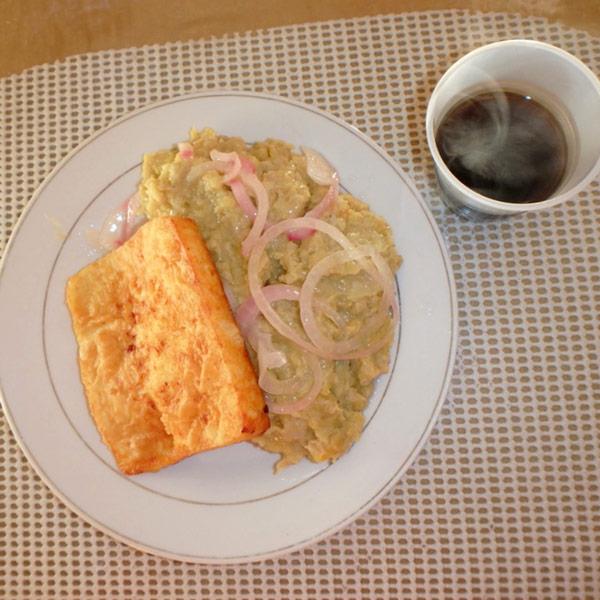 朝食に食べたマングー Mangú。トッピングの玉ねぎの酢漬けが癖になる美味しさ。揚げたチーズと合わせてRD$100(約230円)、カフェRD$10(約23円)