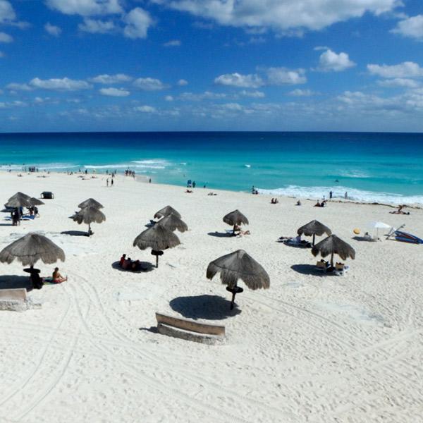 ホテルゾーンにあるパブリックビーチ Playa Delfines