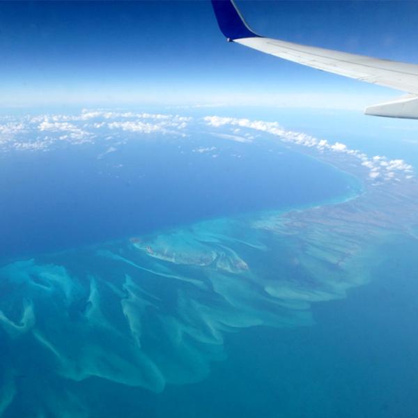 カリブの島巡りは、飛行機からの景色が美しくて窓に張り付いていました♪