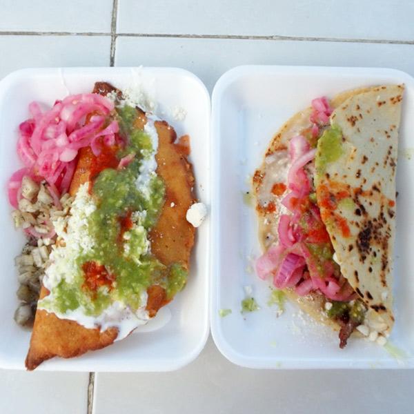 メキシコの軽食エンパナーダ Empanadasとケサディージャ Quesadillas。1つ22ペソ(約125円)