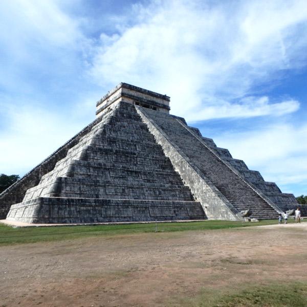 ピラミッド全体でマヤの歴を表し、年に2回春分と秋分の日に蛇頭ククルカンの羽が階段側面に影となって現れるというエルカスティージョ El Castillo