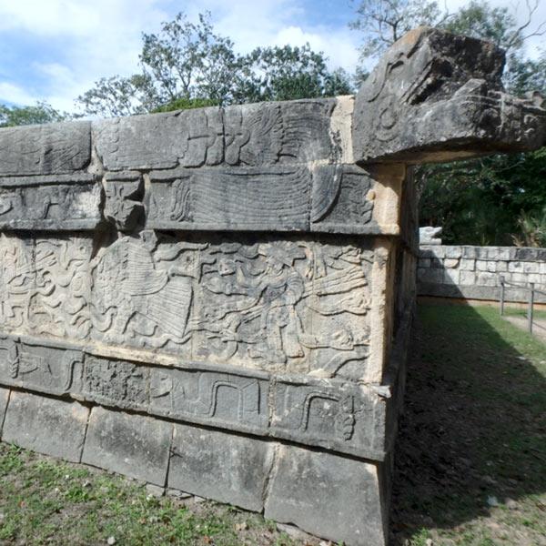彫刻が彫り込まれている壁