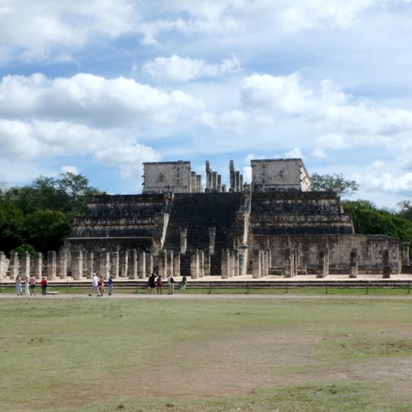 遠くからも生け贄の心臓を捧げていた石の像、チャック・モールが見える戦士の神殿 Templo de los Guerreros