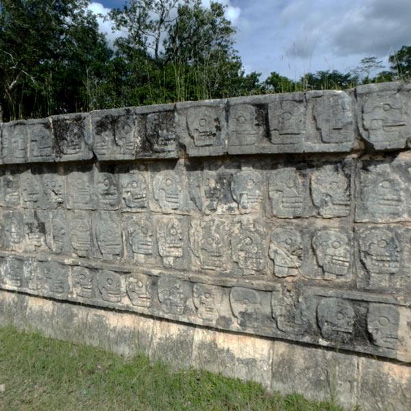 生け贄の骸骨を大衆にさらす場所だったというツォンパントリ El Tzompantli。壁一面に頭蓋骨が彫刻されていました