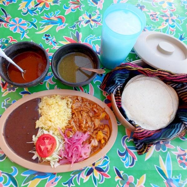 ピステでの食事。ユカタン地方の料理、コチニータ・ピビル Cochinita Pibil  80ペソ(約460円)と、お米のジュース、オルチャータ Horchata 25ペソ(約145円)