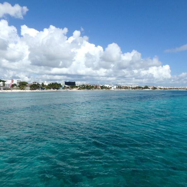 プラヤ・デル・カルメンの美しい海と、どこまでも続いている白砂のビーチ
