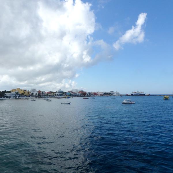 フェリーから見たコスメル島。雲があるのと無いのでは海の色が全然違うのがよく分かる1枚